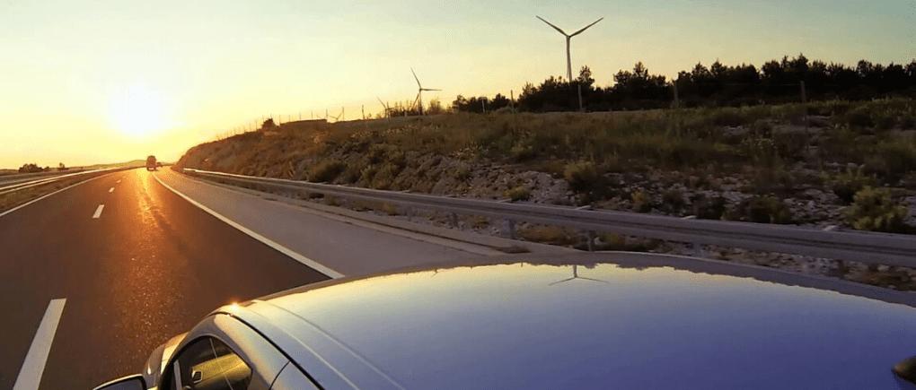 Viaje en auto por carretera.