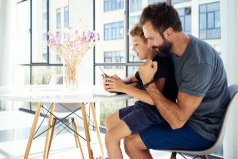 Padre e hijo con teléfono inteligente