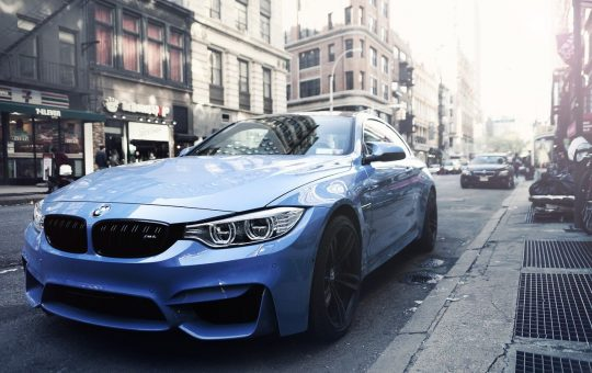 auto BMW estacionado