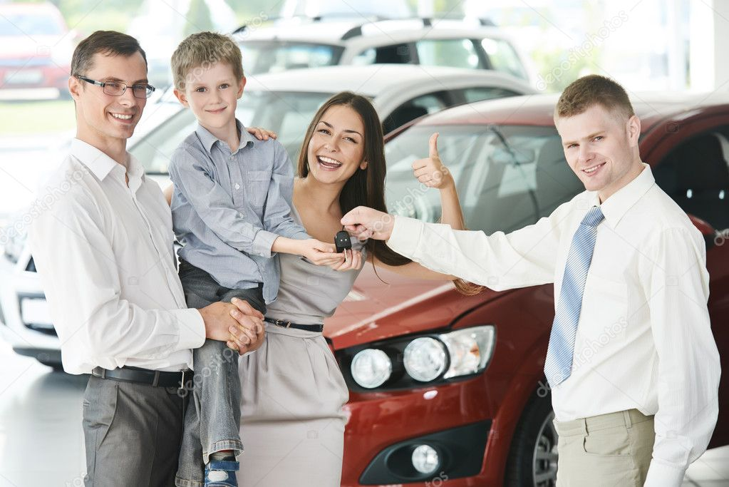 Personas comprando auto usado