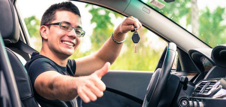 Persona comprando auto usado