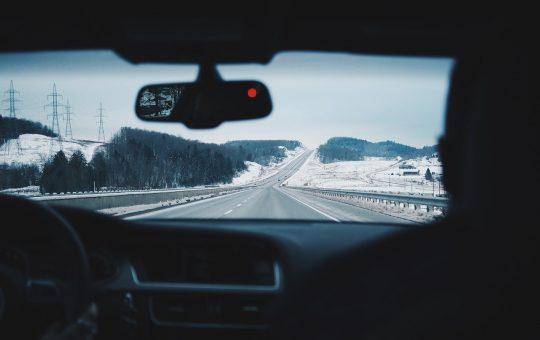 personas conduciendo su auto