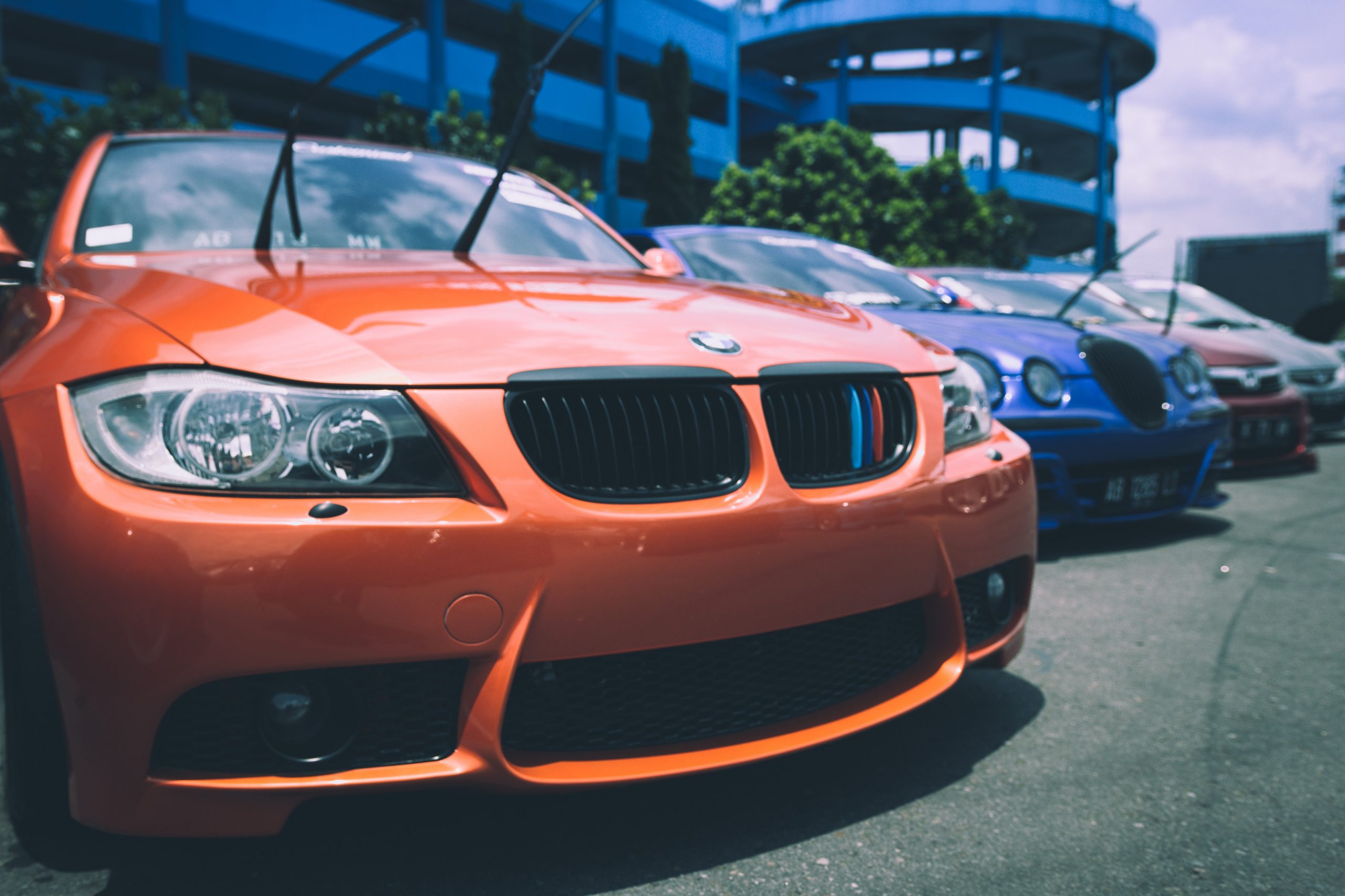 Autos deportivos estacionados
