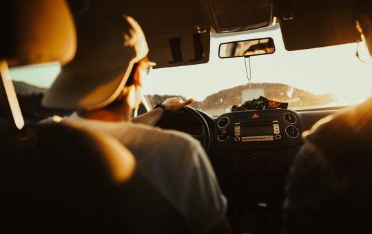 Hombre conduciendo en auto