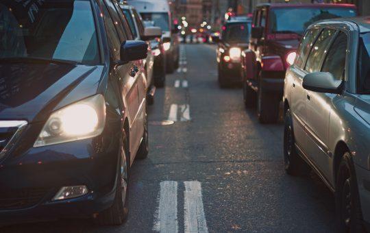 Autos atascados en el trafico