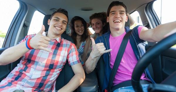 Adolescentes en auto