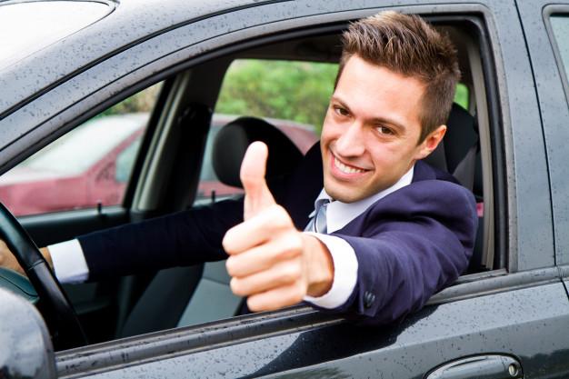 Hombre en auto