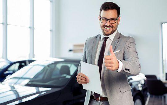 Hombre revisando seguro de auto caduco