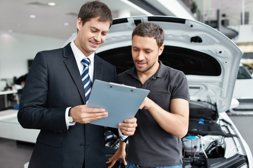 Hombres revisando un seguro que caduca