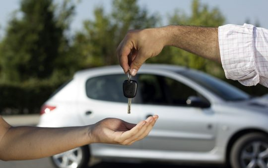 Persona contratando seguro de auto