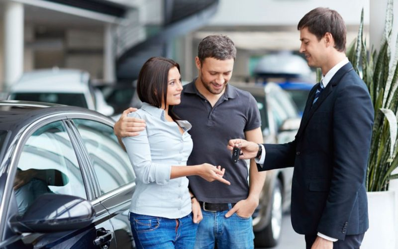 Personas comprando auto nuevo