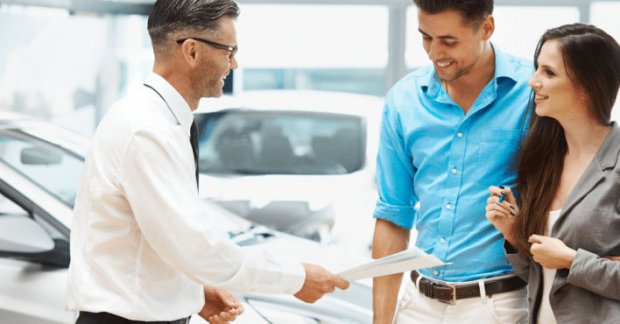 Personas comprando seguro con cobertura
