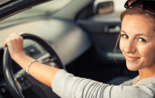 Mujer conduce sin miedo
