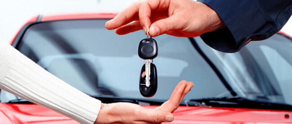Persona tomando las llaves del auto