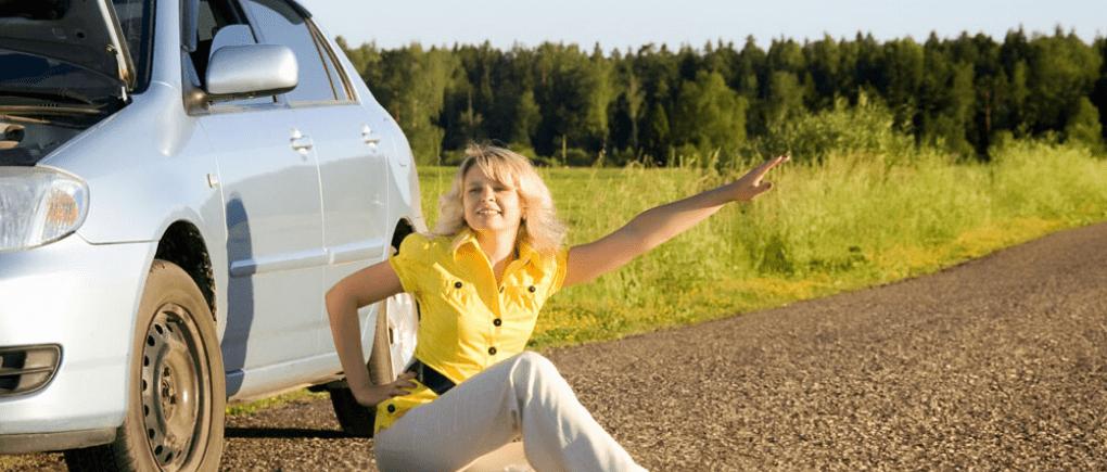 Mujer pidiendo ayuda en carretera