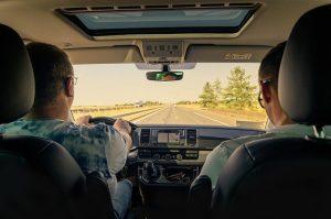 Hombres manejando auto